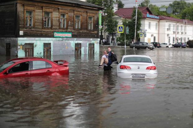 Nga: Soái ca sơ mi trắng lội nước giải cứu chị em mắc kẹt trong xe được tôn vinh như người hùng - Ảnh 4.