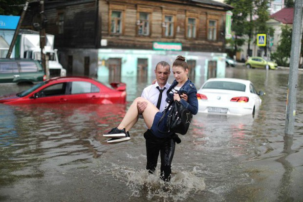 Nga: Soái ca sơ mi trắng lội nước giải cứu chị em mắc kẹt trong xe được tôn vinh như người hùng - Ảnh 5.