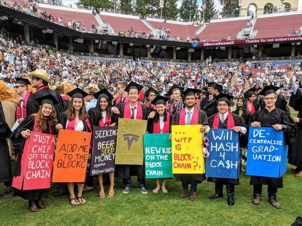 Những điều thú vị trong lễ tốt nghiệp đại học tại Stanford: Sự trang nghiêm của buổi lễ không làm mất đi cá tính của một ngôi trường dị - Ảnh 2.