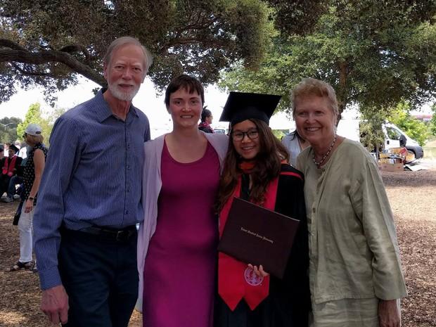 Những điều thú vị trong lễ tốt nghiệp đại học tại Stanford: Sự trang nghiêm của buổi lễ không làm mất đi cá tính của một ngôi trường dị - Ảnh 8.