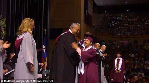 Nhảy múa vui vẻ, ôm hôn từng giáo viên trong lễ tốt nghiệp, nam sinh mắc bệnh Down gây bão mạng xã hội - Ảnh 3.