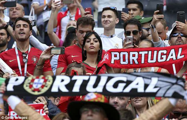 Bạn gái Ronaldo cực xinh đẹp trên khán đài, tiếp lửa cho Ronaldo - Ảnh 4.