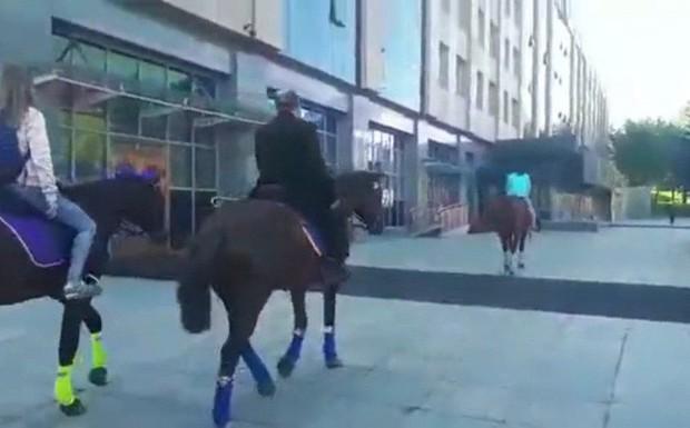 Cưỡi ngựa đi làm phản đối giá xăng tăng, nghị sỹ Nga bị cảnh sát tạm giữ - Ảnh 1.