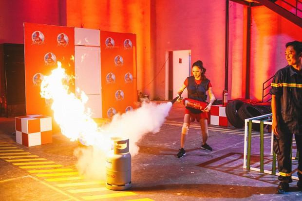 Trấn Thành - Hari Won hôn nhau trước thử thách nguy hiểm về cháy nổ - Ảnh 4.