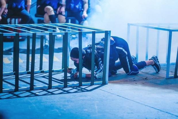 Trấn Thành - Hari Won hôn nhau trước thử thách nguy hiểm về cháy nổ - Ảnh 5.