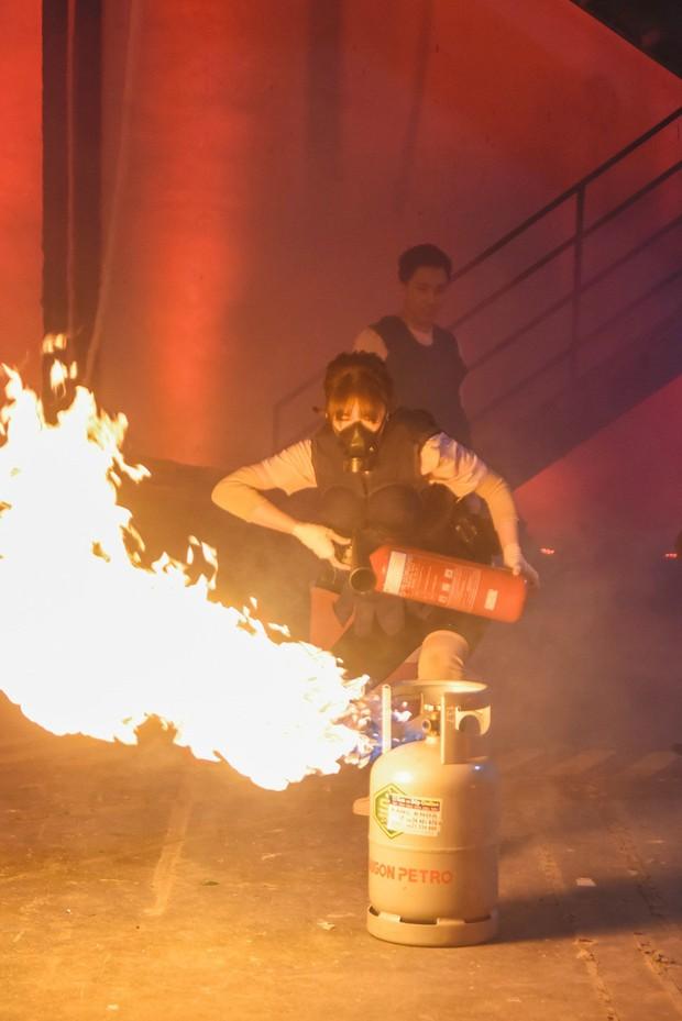 Trấn Thành - Hari Won hôn nhau trước thử thách nguy hiểm về cháy nổ - Ảnh 7.