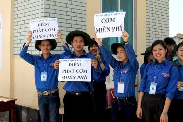 Sinh viên tình nguyện - những người hùng lặng thầm của mùa thi đang bị chúng ta lãng quên và lên án - Ảnh 16.