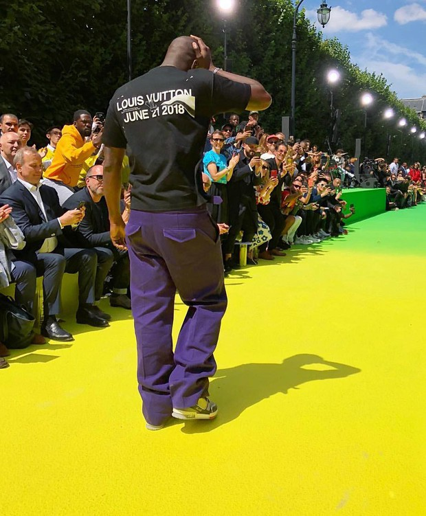 Ra mắt BST đầu tiên cho Louis Vuitton, Virgil Abloh xúc động đến mức ôm chầm Kanye West mà nức nở - Ảnh 1.