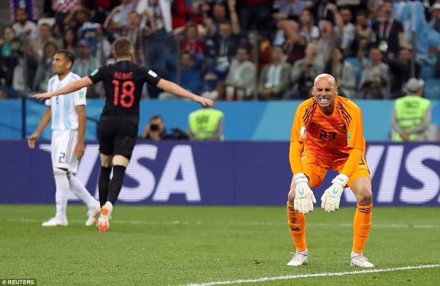 Cư dân mạng chế ảnh Messi về quê chăn vịt sau trận thua thảm Croatia