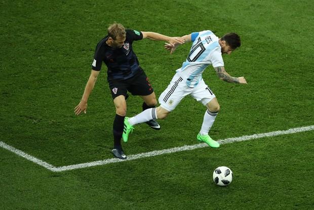 Có một Messi bất lực, đáng thương trong ngày thảm bại của Argentina - Ảnh 4.