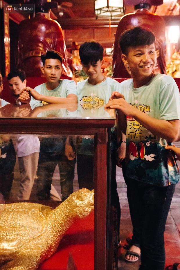 Bị cấm sờ đầu rùa, sĩ tử khắp nơi vẫn nô nức về Văn Miếu dâng hương cầu may cho kỳ thi THPT Quốc gia sắp tới - Ảnh 14.
