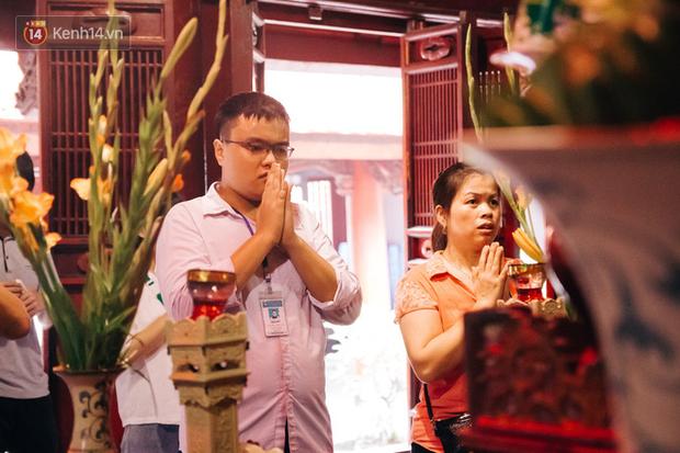 Bị cấm sờ đầu rùa, sĩ tử khắp nơi vẫn nô nức về Văn Miếu dâng hương cầu may cho kỳ thi THPT Quốc gia sắp tới - Ảnh 6.