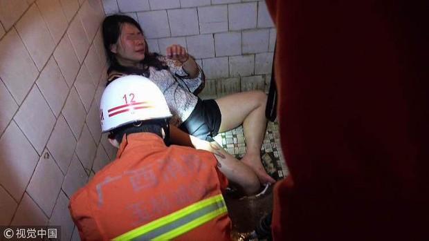 Trung Quốc: Cô gái say rượu thụt chân xuống xí xổm, lính cứu hỏa phải tới phá toa-lét mới lôi được nàng ra - Ảnh 1.