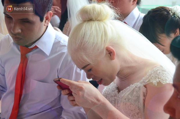 Chuyện tình cảm động phía sau đám cưới của chú rể khiếm thị và cô dâu đột biến gen có mái tóc bạc trắng ở Hà Nội - Ảnh 3.