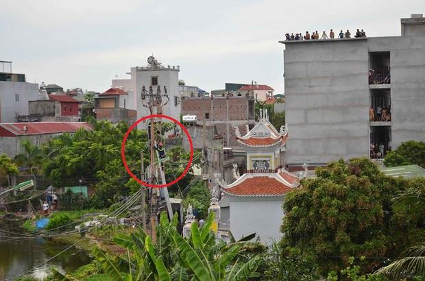 Hà Nội: Nam thanh niên nghi ngáo đá trèo lên cột điện, la hét yêu cầu mọi người trả nợ tiền cá độ bóng đá - Ảnh 1.