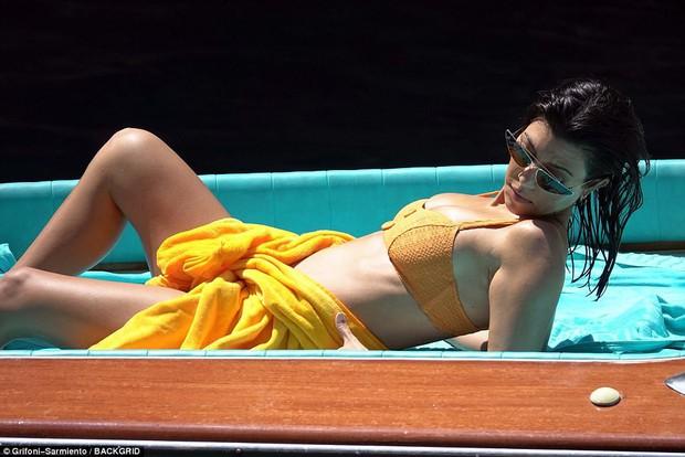Chị cả nhà Kardashian đã sinh 3 con vẫn quá gợi cảm, tình tứ bên phi công trẻ body 6 múi - Ảnh 1.