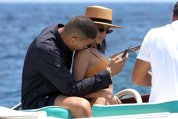 Chị cả nhà Kardashian đã sinh 3 con vẫn quá gợi cảm, tình tứ bên phi công trẻ body 6 múi - Ảnh 15.