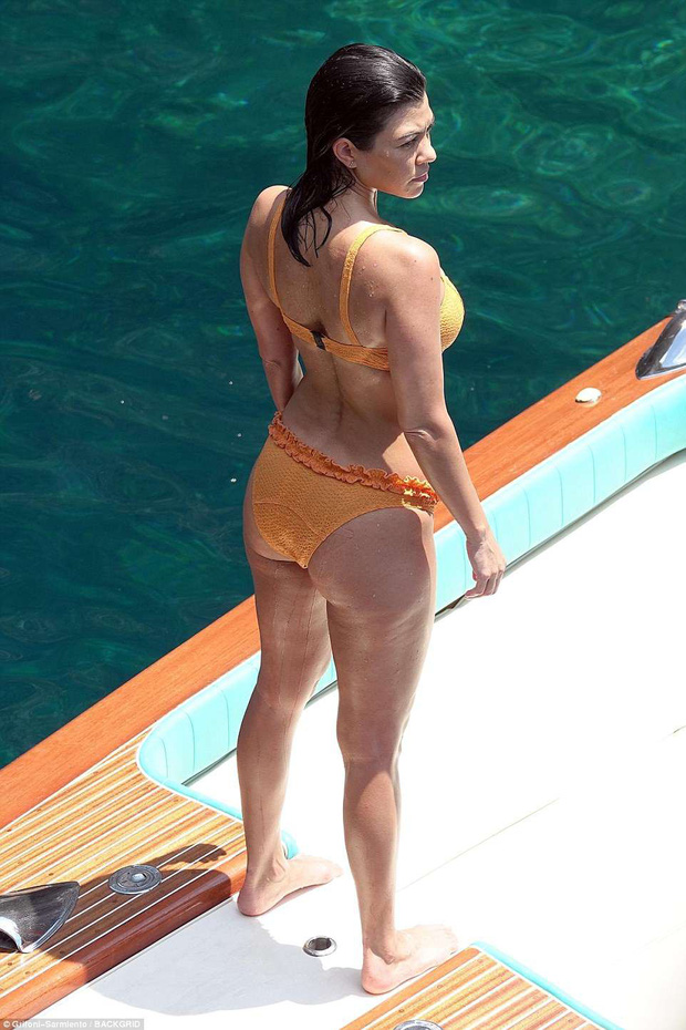 Chị cả nhà Kardashian đã sinh 3 con vẫn quá gợi cảm, tình tứ bên phi công trẻ body 6 múi - Ảnh 3.