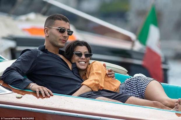Chị cả nhà Kardashian đã sinh 3 con vẫn quá gợi cảm, tình tứ bên phi công trẻ body 6 múi - Ảnh 16.