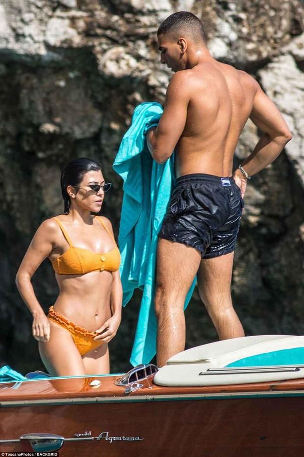 Chị cả nhà Kardashian đã sinh 3 con vẫn quá gợi cảm, tình tứ bên phi công trẻ body 6 múi - Ảnh 8.