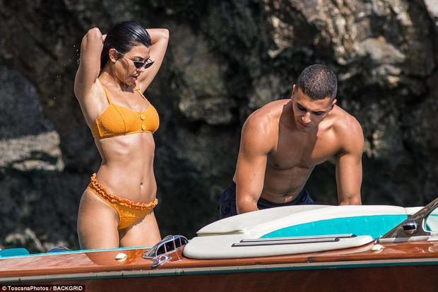 Chị cả nhà Kardashian đã sinh 3 con vẫn quá gợi cảm, tình tứ bên phi công trẻ body 6 múi - Ảnh 9.