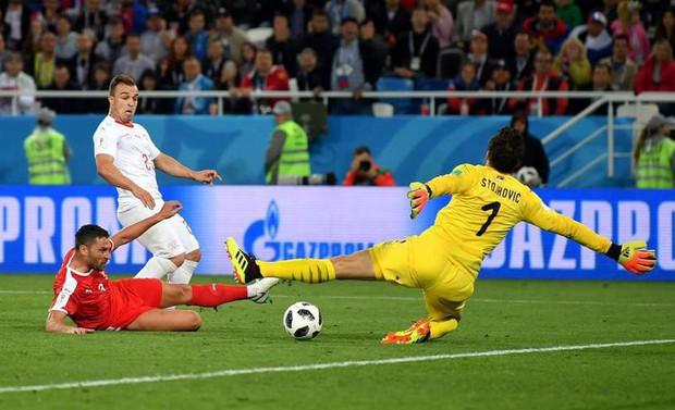 Đánh rơi vàng, Serbia trả giá bằng màn quyết đấu cùng Neymar và đồng đội - Ảnh 2.