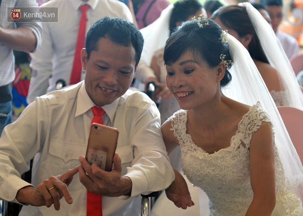 Xúc động lễ cưới tập thể của 41 cặp vợ chồng khuyết tật ở Hà Nội - Ảnh 4.