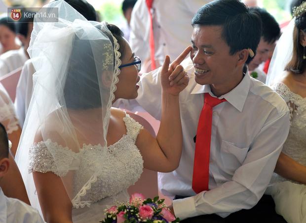 Xúc động lễ cưới tập thể của 41 cặp vợ chồng khuyết tật ở Hà Nội - Ảnh 6.