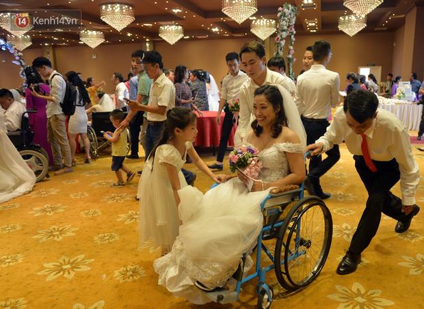Xúc động lễ cưới tập thể của 41 cặp vợ chồng khuyết tật ở Hà Nội - Ảnh 7.