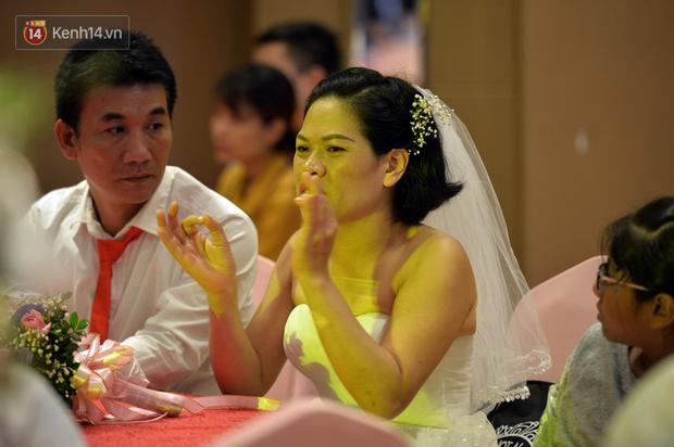 Xúc động lễ cưới tập thể của 41 cặp vợ chồng khuyết tật ở Hà Nội - Ảnh 9.
