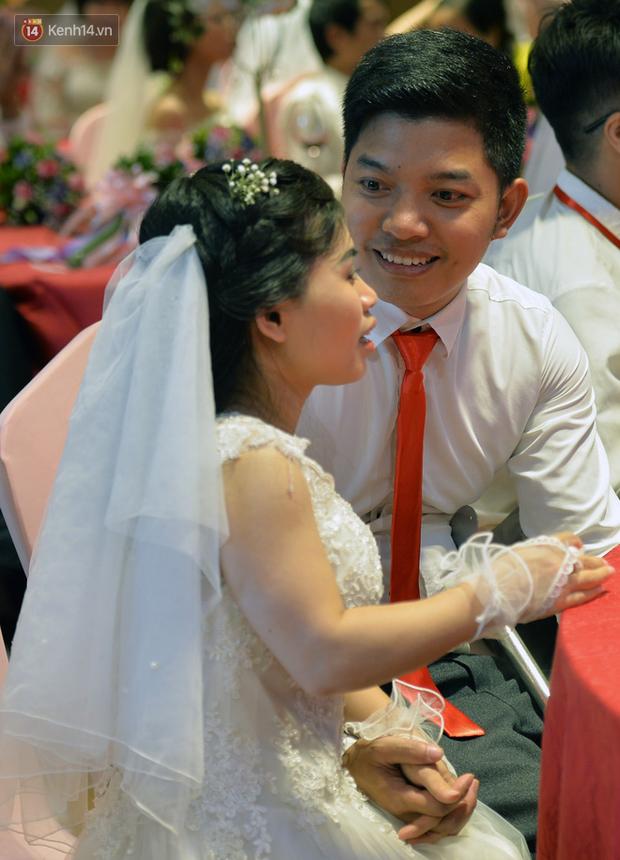 Xúc động lễ cưới tập thể của 41 cặp vợ chồng khuyết tật ở Hà Nội - Ảnh 11.