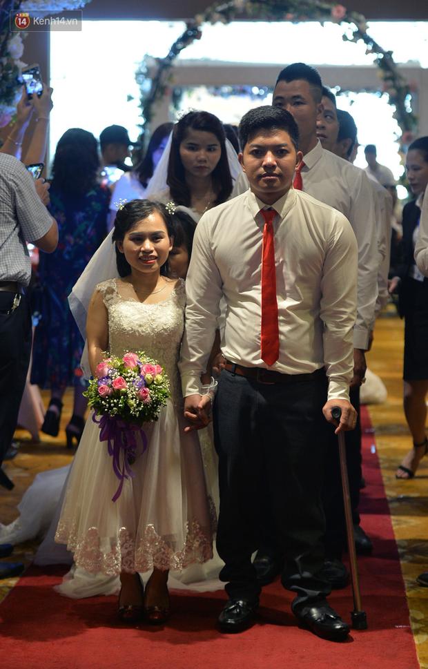 Xúc động lễ cưới tập thể của 41 cặp vợ chồng khuyết tật ở Hà Nội - Ảnh 12.