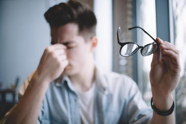 Cứ tự hỏi vì sao mắt lại sụp mí, có thể là do bạn đã mắc phải những thói quen này - Ảnh 1.