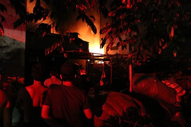 Hà Nội: Xưởng nhựa bất ngờ bốc cháy dữ dội trong đêm - Ảnh 3.