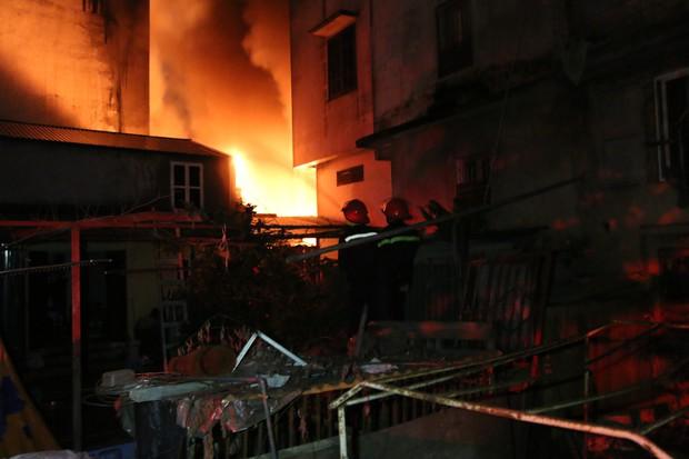 Hà Nội: Xưởng nhựa bất ngờ bốc cháy dữ dội trong đêm - Ảnh 4.