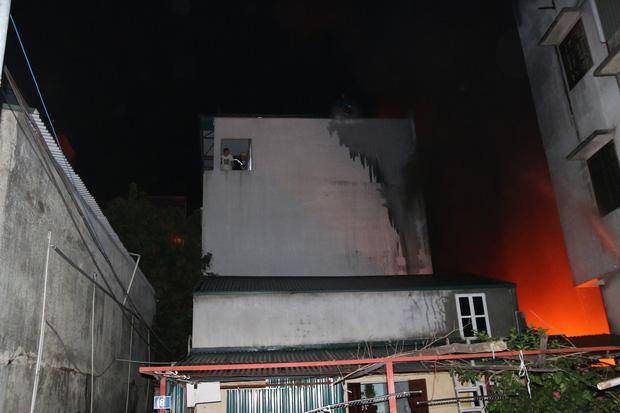 Hà Nội: Xưởng nhựa bất ngờ bốc cháy dữ dội trong đêm - Ảnh 5.
