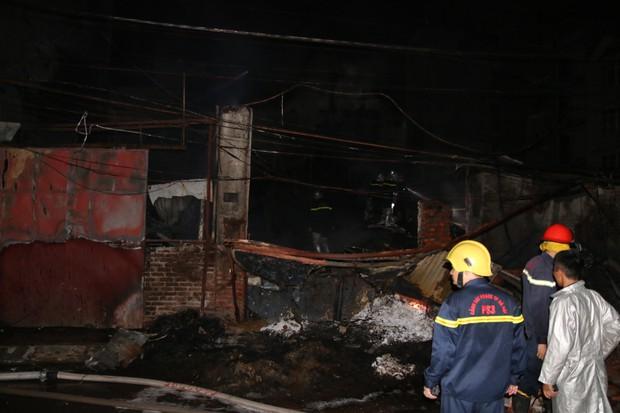 Hà Nội: Xưởng nhựa bất ngờ bốc cháy dữ dội trong đêm - Ảnh 7.
