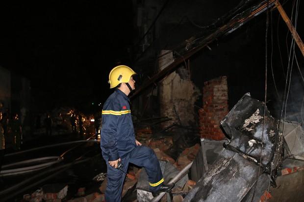 Hà Nội: Xưởng nhựa bất ngờ bốc cháy dữ dội trong đêm - Ảnh 8.