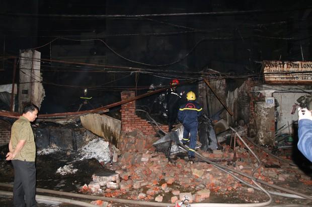 Hà Nội: Xưởng nhựa bất ngờ bốc cháy dữ dội trong đêm - Ảnh 9.
