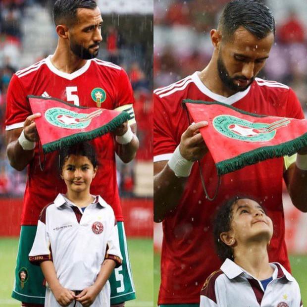 Vì sao các cầu thủ bóng đá luôn bước ra sân cùng trẻ em, chính danh thủ Rooney từng thử cảm giác này - Ảnh 1.