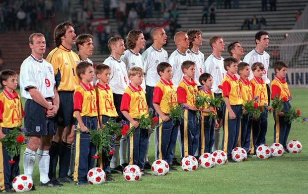 Vì sao các cầu thủ bóng đá luôn bước ra sân cùng trẻ em, chính danh thủ Rooney từng thử cảm giác này - Ảnh 3.