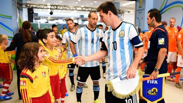 Vì sao các cầu thủ bóng đá luôn bước ra sân cùng trẻ em, chính danh thủ Rooney từng thử cảm giác này - Ảnh 4.