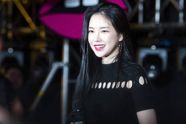 Mặt biến dạng vì thẩm mỹ, idol Kpop này vẫn vượt cả loạt nữ thần sắc đẹp, chễm chệ lọt top gương mặt hot nhất - Ảnh 4.