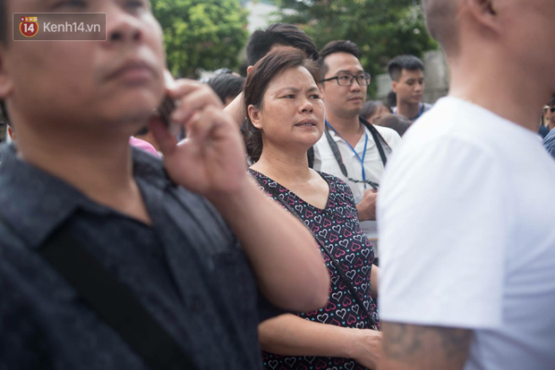 Cổng trường Chu Văn An đúng giờ mới mở, thí sinh sà vào vòng tay bố mẹ trong cảm xúc khó tả - Ảnh 7.