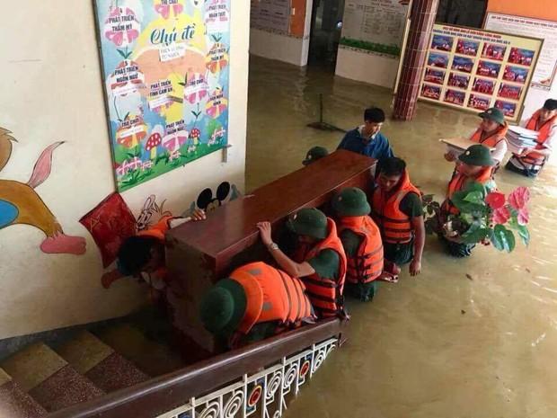 Mưa lũ kinh hoàng ở Hà Giang qua lời kể người chứng kiến: Họ khóc trong vô vọng, gọi tên người thân, dầm mình trong mưa để đưa thi thể nạn nhân lên - Ảnh 6.