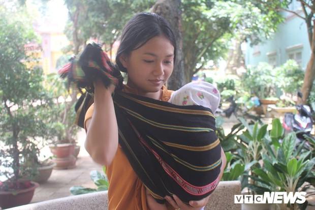 Nữ sinh 1999 bế theo con nhỏ 3 tháng tuổi dự thi THPT Quốc gia: Mình muốn trở thành giáo viên để dạy trẻ em trong buôn làng - Ảnh 2.