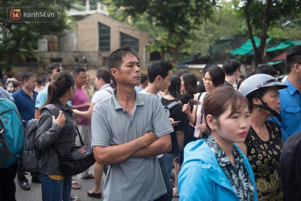 Cổng trường Chu Văn An đúng giờ mới mở, thí sinh sà vào vòng tay bố mẹ trong cảm xúc khó tả - Ảnh 8.