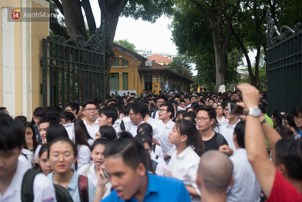 Cổng trường Chu Văn An đúng giờ mới mở, thí sinh sà vào vòng tay bố mẹ trong cảm xúc khó tả - Ảnh 2.