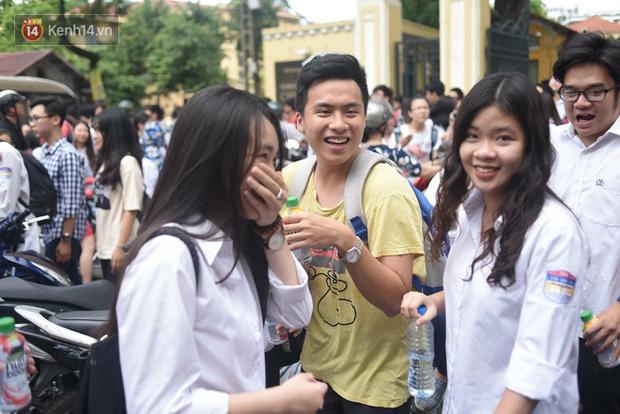 Cổng trường Chu Văn An đúng giờ mới mở, thí sinh sà vào vòng tay bố mẹ trong cảm xúc khó tả - Ảnh 4.