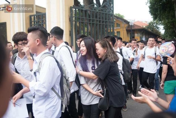 Cổng trường Chu Văn An đúng giờ mới mở, thí sinh sà vào vòng tay bố mẹ trong cảm xúc khó tả - Ảnh 1.